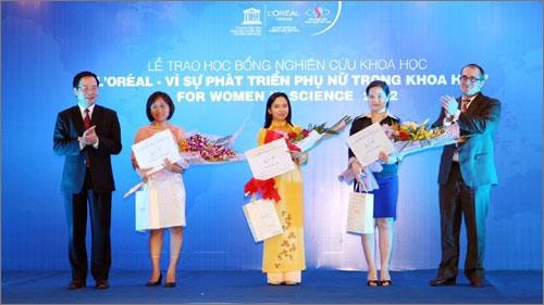 Lễ trao học bổng nghiên cứu khoa học Unesco 2012. TS Hà Phương Thư (thứ 3 từ trái sang)