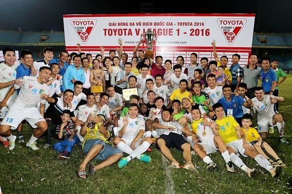Các thành viên CLB bóng đá Hà Nội T&T ở mùa giải 2016