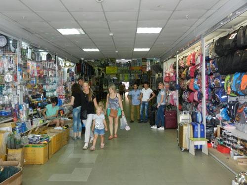 Cảnh mua bán tại các quầy hàng trong Trung tâm thương mại Ostuzeva 47, Voronezh (Ảnh: Võ Hoài Nam)