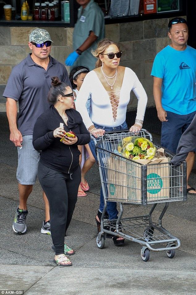 Diva xinh đẹp vốn nổi tiếng cư xử chảnh chọe gây bất ngờ với hình ảnh đẩy xe hàng đi mua sắm tại siêu thị