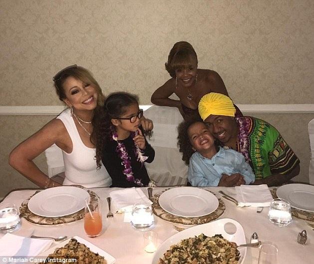 Mariah bên bàn tiệc cùng 2 con sinh đôi và chồng cũ Nick Cannon - người chuẩn bị lên chức cha với bạn gái mà anh cũng đã chia tay.