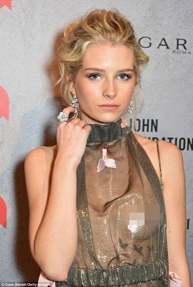 Lottie Moss, 18 tuổi, táo bạo với váy xuyên thấu trong một sự kiện thu hút nhiều ngôi sao nổi tiếng tại London, Anh, ngày 1/12.