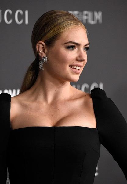 Cô gái cao 1,8m này còn là gương mặt quảng cáo của Guess, được trao giải siêu mẫu của năm (2013) tại lễ trao giải Style Award