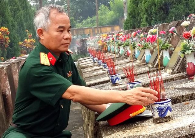Đồng đội thắp hương cho các liệt sĩ tại Vị Xuyên (Hà Giang)