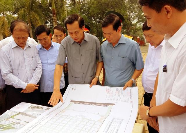 Đại diện Bộ LĐ-TB&XH và tỉnh Hà Giang đang xem mẫu thiết kế việc mở rộng khu nghĩa trang Vị Xuyên.