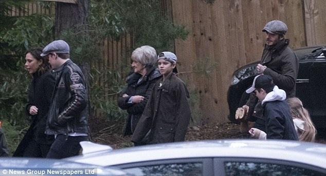 Vợ chồng Beckham đưa 4 con về Anh nghỉ lễ Giáng sinh cùng ông bà nội ngoại. Trong ảnh, mẹ David Beckham - bà Sandra Georgina rất vui khi được gặp con cháu