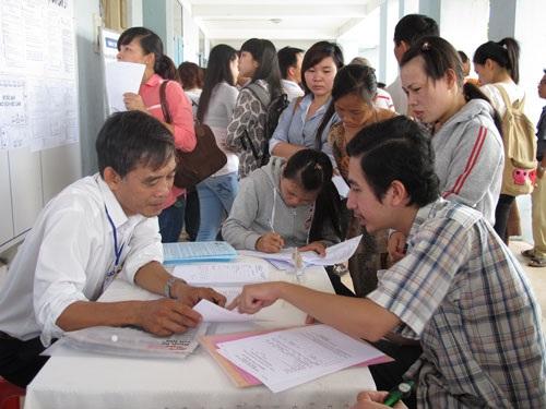 Người lao động tìm việc tại TP.HCM (Ảnh: Báo NLĐ)