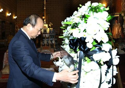 (Thủ tướng viếng Nhà vua Thái Lan Bhumibol Adulyadej).