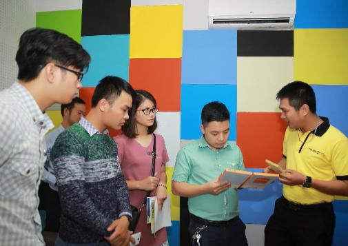 Đông đảo khách tham quan tìm hiểu về các công nghệ vật liệu mới của Vĩnh Tường tại Triển lãm Quốc tế Vietbuild