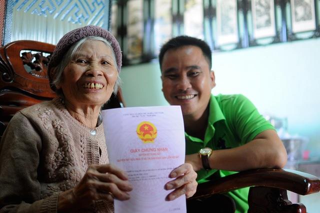 Nhà báo Trần Trung Kiên chia vui với cụ Đàm Thị Lích về cuốn sổ đỏ sau hơn 60 kỳ báo điều tra.