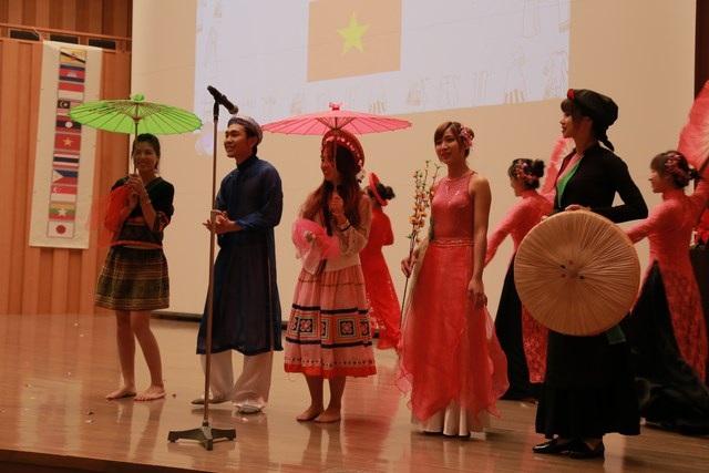 """Tiết mục biểu diễn """"Hương sắc Việt Nam"""" xuất sắc đoạt giải """"Best Performance Award"""" (phần thi tốt nhất) tại chương trình."""