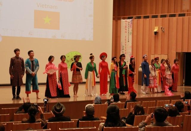 Khán giả quốc tế tỏ ra rất ấn tượng với những nét phong phú, độc đáo của văn hóa ở các vùng miền Việt Nam.