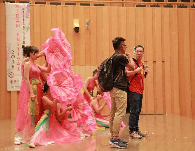 """Tiết mục """"Hương sắc Việt Nam"""" lấy cốt truyện một chàng trai người Việt Nam đưa người người bạn ngoại quốc đi du lịch dọc 3 miền Bắc – Trung - Nam khi mùa xuân đến."""