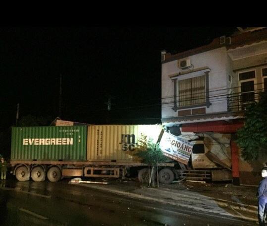 Chiếc xe container lao thẳng vào nhà dân sau khi leo qua dải phân cách.