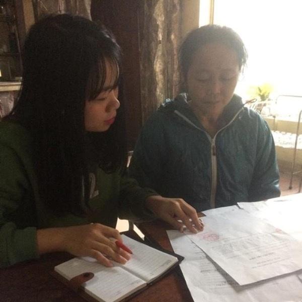 Bà Sâm (bên phải) đang trình kể lại sự việc