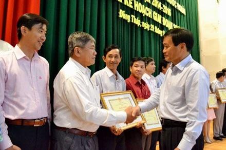 Chủ tịch UBND tỉnh Đồng Tháp Nguyễn Văn Dương khen thưởng các cá nhân, tập thể xuất sắc trong công tác XKLĐ gia đoạn 2014-2016.