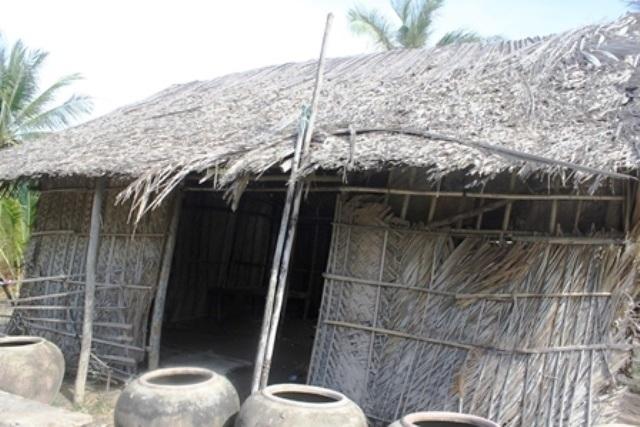 Mẹ chết, 5 chị em mồ côi thiếu ăn, sống khốn khó trong căn nhà sắp sập - 1