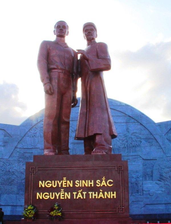 Tượng Nguyễn Sinh Sắc - Nguyễn Tất Thành được đặt ngay Quảng trường Nguyễn Tất Thành (TP Quy Nhơn, Bình Định)