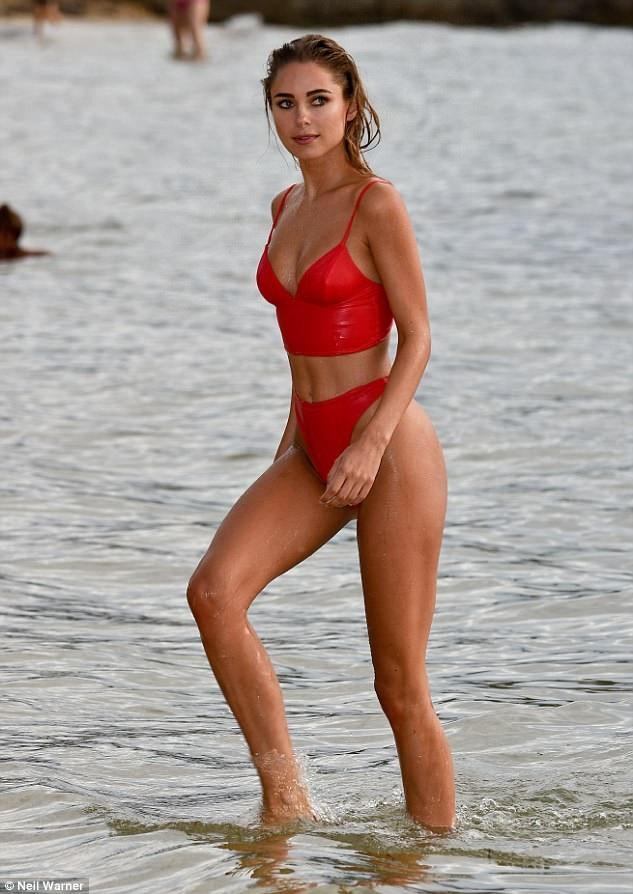 Người mẫu kiêm sao truyền hình thực tế của show truyền hình Made In Chelsea Kimberley Garner khoe ba vòng hoàn hảo trên bãi biển ở Caribe ngày 25/12 vừa qua