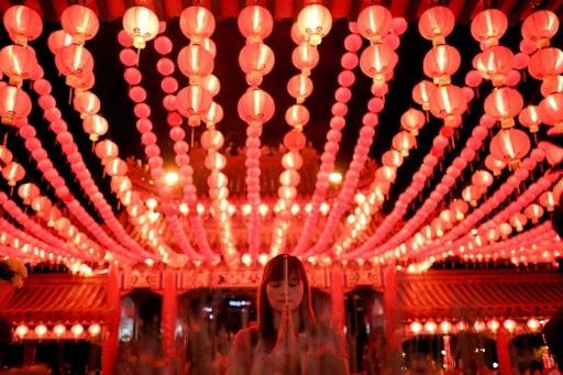 Người Malaysia gốc Hoa đi lễ chùa trong thời khắc giao thời giữa năm cũ và mới. (Ảnh: AFP)