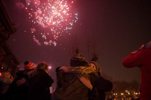 Pháo hoa tại thủ đô Bắc Kinh, Trung Quốc trong đêm giao thừa. (Ảnh: AFP)