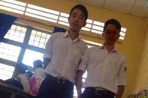 Phú (trái) trong một lần đi học