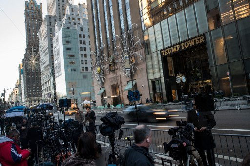 Các phóng viên tập trung bên ngoài Tháp Trump, đại bản doanh của ông Trump ở New York (Ảnh: AFP)