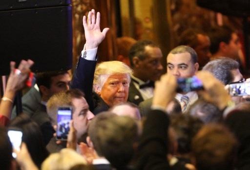 Ông Trump xuất hiện trong vòng vây của báo giới (Ảnh: AFP)