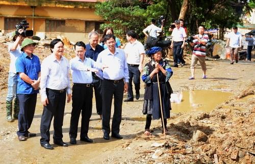 Bộ trưởng Phùng Xuân Nhạ chia sẻ khó khăn với học sinh vùng lũ Mù Cang Chải - 8