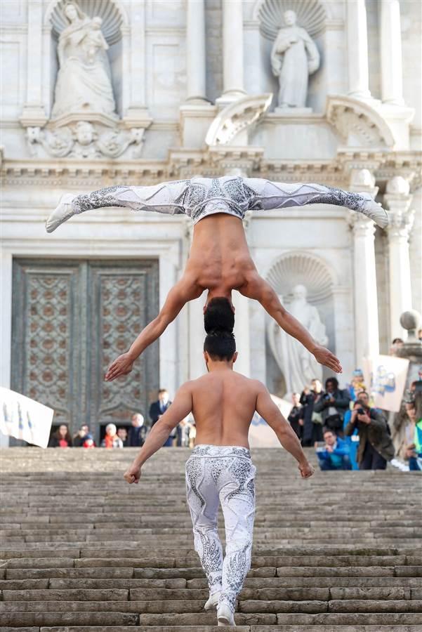 Hình ảnh Quốc Cơ và Quốc Nghiệp chống đầu giữ thăng bằng đi lên cầu thang tại nhà thờ Girona 90 bậc trong vòng 52 giây.