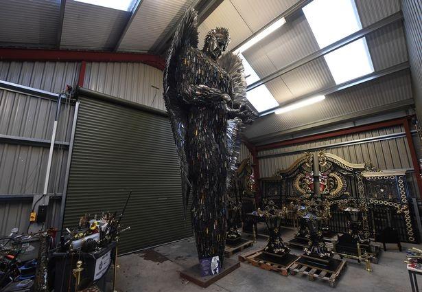 Bức tượng làm từ dao cao 8,2m ở Anh