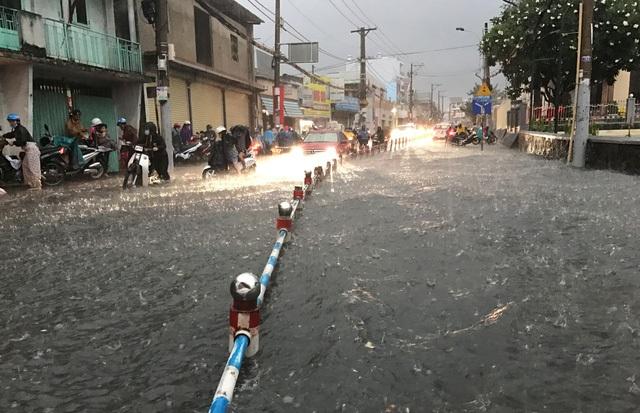 Nhiều tuyến đường ở khu vực phía Đông TPHCM chìm trong biển nước trong cơn mưa trái mùa kéo dài nhiều tiếng đồng hồ ngày mùng 6 Tết (Ảnh: Đăng Lê).