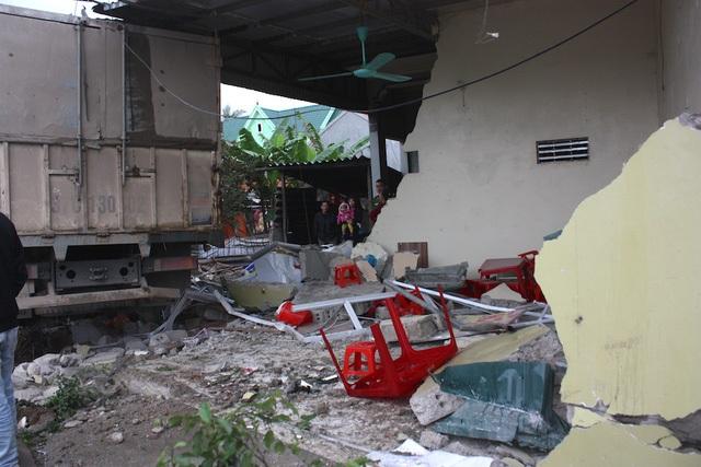Vụ tai nạn đã làm một người phụ nữ chưa rõ danh tính chết và gây hư hỏng nhà dân.