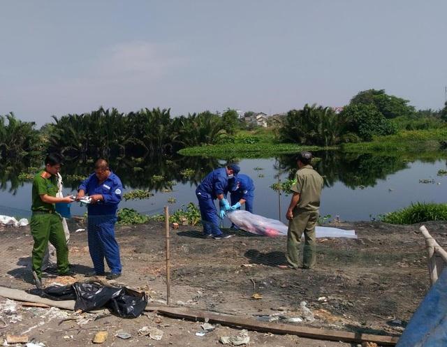 Thi thể bé Phạm Nguyễn Ngọc Q. được người dân phát hiện trôi trên sông Vàm Thuật. Bước đầu Công an xác định nguyên nhân tử vong của bé là do ngạt nước.