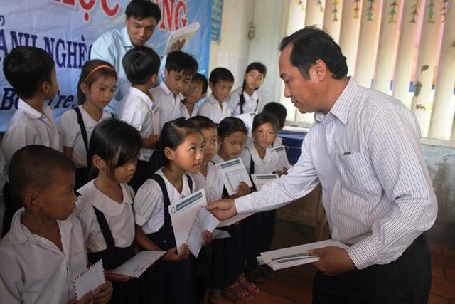 Lãnh đạo Trường Tiểu học Phú Long trao học bổng cho học sinh nghèo