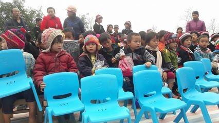 Cùng phần quà là 20 chiếc ghế nhựa cho các em học sinh mầm non được bạn đọc Dân trí tại Hà Nội gửi tặng