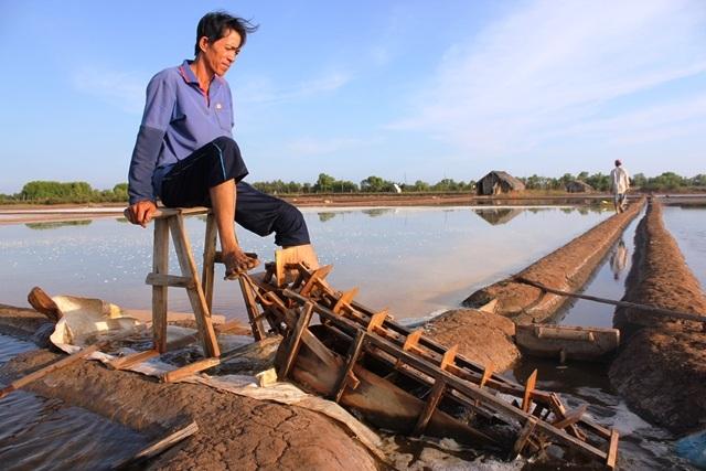 Diêm dân đưa nước biển vào ruộng để sản xuất muối