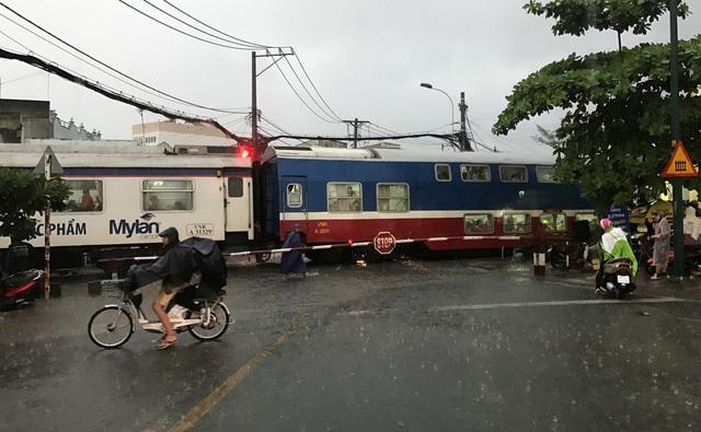 Dù đã yêu cầu phong tỏa do cung đường sắt bị ngập nước nhưng đoàn tàu SPT1 vẫn ầm ầm lao đến nút giao cắt với đường Tô Ngọc Vân, quận Thủ Đức trong cơn mưa trái mùa chiều mùng 6 Tết (tức 2/2/2017).