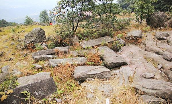 Trên một khu vực rộng lớn có rất nhiều tảng đá lớn nằm theo cụm hay đơn lẻ, một số tảng đá lớn có vết tích chế tác của con người.