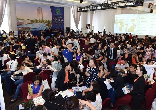 Rất nhiều gia đình trẻ đến mua nhà tại dự án Saigon South Residences trong ngày 25/3