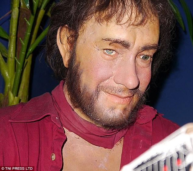 """1. Đây là một nam diễn viên nổi tiếng ở Hollywood, từng giành giải Oscar, thường xuất hiện trong phim của đạo diễn Steven Spielberg, từng """"giải cứu binh nhì Ryan""""."""
