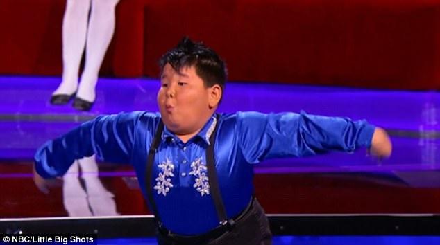 """Cậu bé He Xiongfei gây chú ý bởi những kỹ năng nhảy múa điêu luyện và biểu cảm rất """"kịch tính"""" trong khi biểu diễn."""