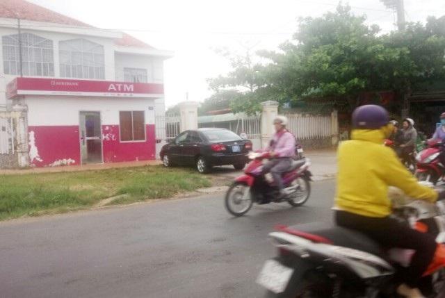 Chiếc xe biển xanh đưa rước Chủ tịch huyện đi học.