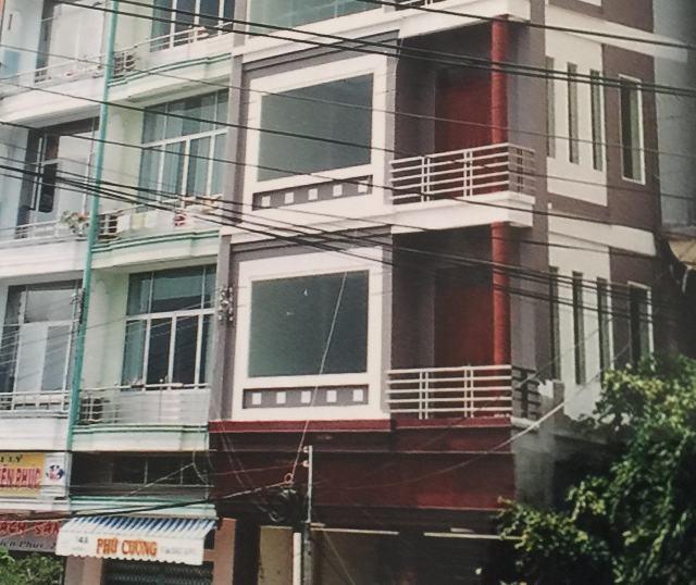 Vợ chồng ông Phong - bà Hiền cho rằng, gia đình chỉ thế chấp căn nhà 5 tầng và chỉ 1 căn, nhưng hồ sơ ra tòa án bất ngờ thể hiện 8 tầng, 2 căn liền kề là không đúng sự thật.