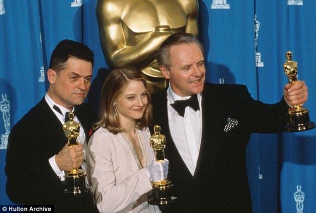 """Đạo diễn của bộ phim nổi tiếng """"Sự im lặng của bầy cừu"""" - Jonathan Demme đã vừa qua đời ở tuổi 73. Trong ảnh, ông xuất hiện bên cạnh hai ngôi sao điện ảnh Jodie Foster và Anthony Hopkins - hai diễn viên chính của phim. Cả 3 người đã giành được tượng vàng Oscar hồi năm 1992."""