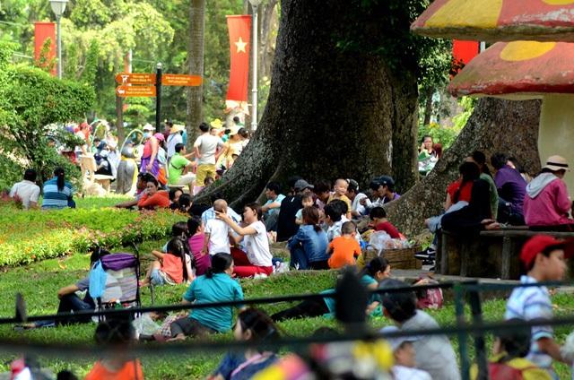 Tại Thảo cầm viên, Khu du lịch văn hóa Đầm Sen, Suối Tiên, và nhất là những công viên có các trò chơi chuyên đề về nước tại TP. Hồ Chí Minh ken đặc hàng chục ngàn du khách. (Ảnh: Phạm Nguyễn)
