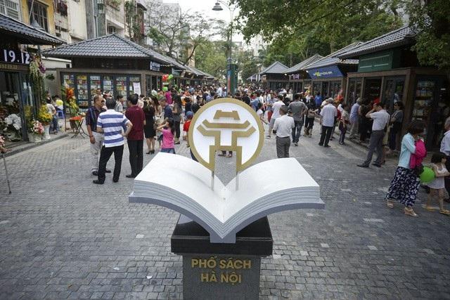Đây là phố đầu tiên của Hà Nội dành riêng cho sách, cũng là nơi để giới thiệu những bộ sách mới. Ảnh: Hữu Nghị