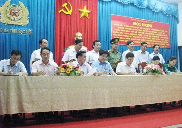 Đại diện lãnh đạo UBND của 7 huyện, thị, thành phố cùng ký cam kết trách nhiệm với Chủ tịch tỉnh Bạc Liêu về xử lý tình trạng tôm tạp chất.