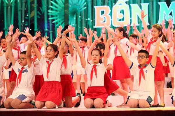 Một số hình ảnh cô trò của trường biểu diễn trong đêm Đại nhạc hội Hoa tháng 5 ngày 27/5.