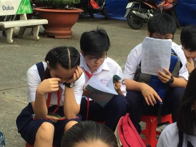 Thí sinh tại Hội đồng thi Trường THPT Bùi Thị Xuân, TPHCM trước giờ thi môn Văn sáng nay 2/6 trong kỳ thi tuyển sinh vào lớp 10 công lập của TPHCM
